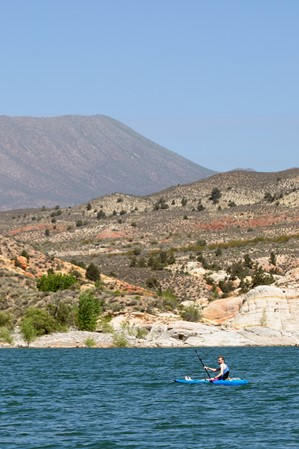 paddle-among-red-rocks-and-waterfalls-at-gunlock-reservoir-state-park-01-anna-papuga