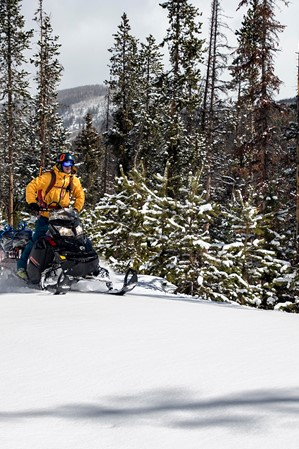why-backcountry-snowmobiling-is-an-unforgettable-way-to-experience-the-uinta-mountains-01-jay-dash-photography